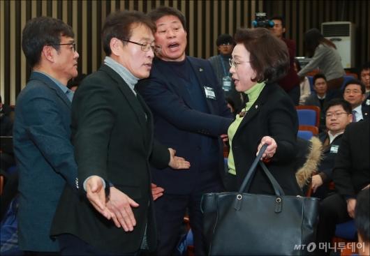 [사진]장정숙 의원 가로막는 통합찬성 당무위원들