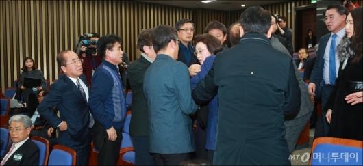 [사진]합당찬성파에 둘러싸인 장정숙 의원