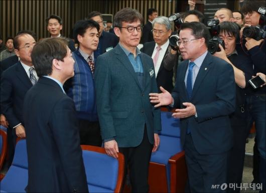 [사진]안철수 대표에게 항의하는 최경환 의원