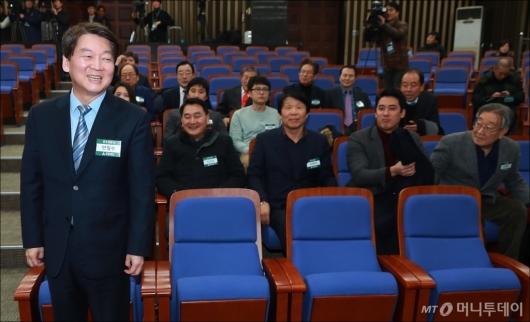 [사진]합당찬성 당무위원들 앞에 선 안철수 대표