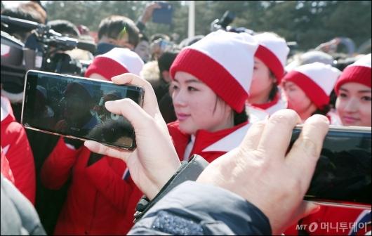 [사진]'北 응원단이 내 핸드폰 속에'