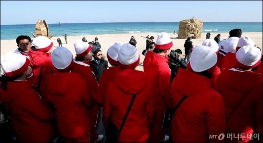 [사진]北 응원단, '경포대 바다 감상'