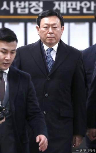 [사진]선고공판 출석하는 신동빈 회장