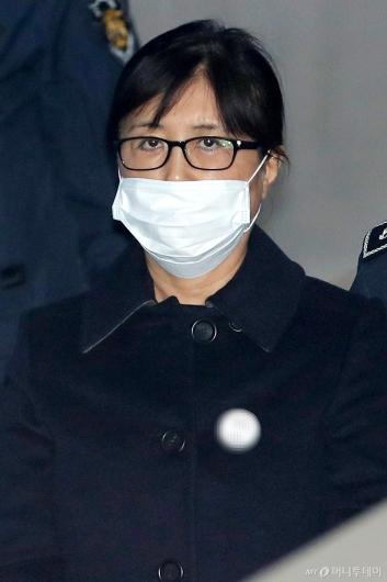 [사진]취재진 바라보는 최순실