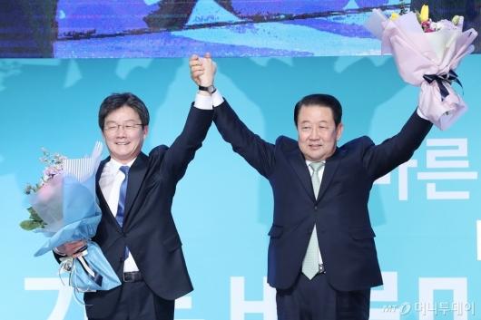 [사진]인사하는 유승민-박주선 공동대표
