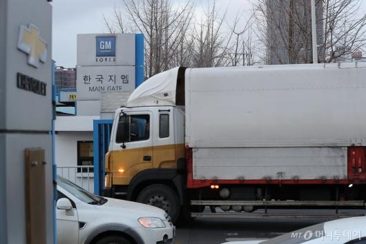 [사진]작업차량 드나드는 한국GM 부평공장