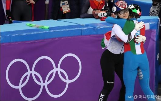 [사진]최민정, '아리아나 폰타나와 포옹'