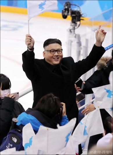 [사진]北 응원단 앞에 나타난 김정은?