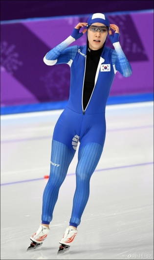 [사진]기록 확인하는 김현영