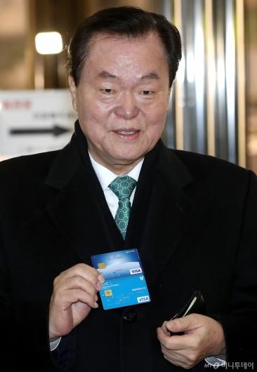 [사진]카드 꺼내며 결백 주장하는 김경재 총재
