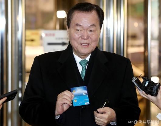 [사진]카드 꺼내는 김경재 총재
