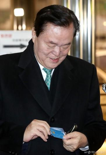 [사진]경찰청 출석하며 카드 꺼내는 김경재 총재