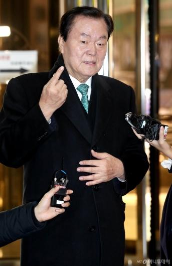 [사진]경찰청 출석하는 김경재 총재