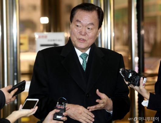 [사진]답변하는 김경재 총재
