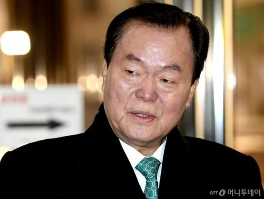 [사진]굳은 표정의 김경재 총재