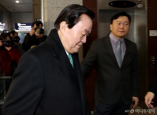 [사진]고개 떨구는 김경재 총재