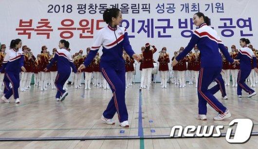 [사진]북한 응원단의 왈츠 공연