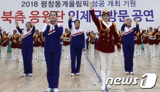 [사진]공연 마친 북한 응원단
