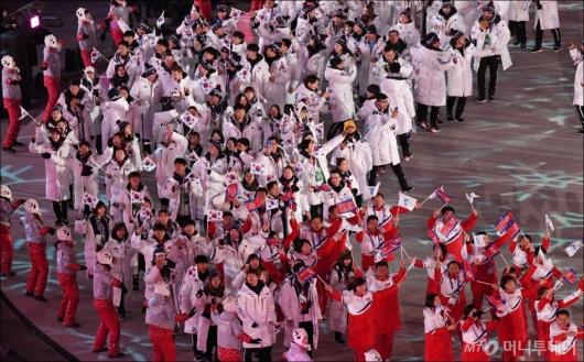 [사진]공동입장하는 남북선수단