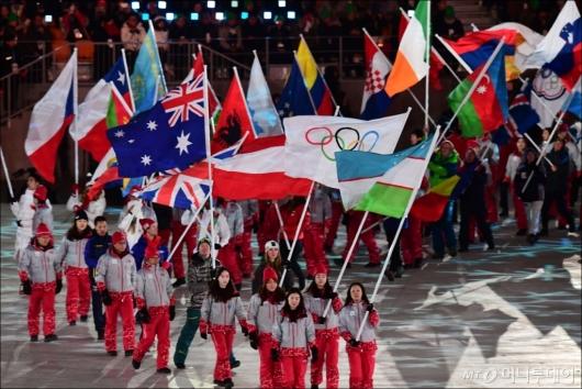 [사진]입장하는 참가국 국기들