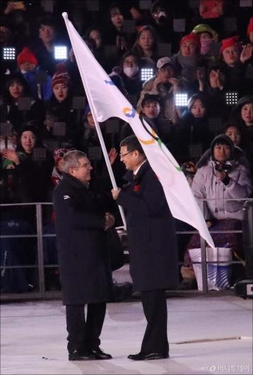 [사진]이양되는 올림픽 대회기