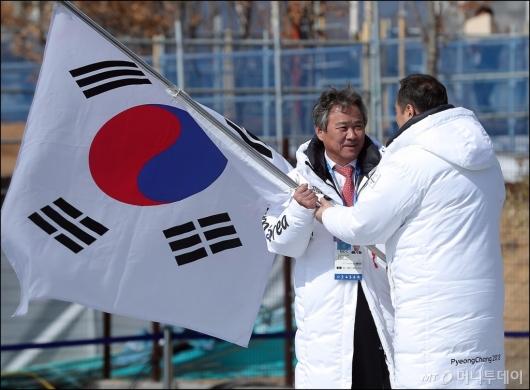 [사진]단기 반납하는 김지용 선수단장