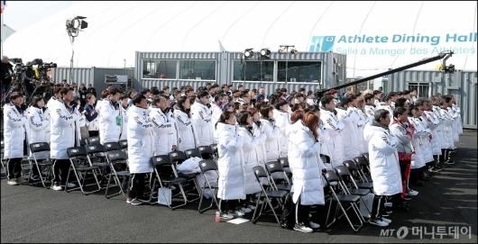 [사진]국기에 대한 경계하는 '대한민국 선수단'