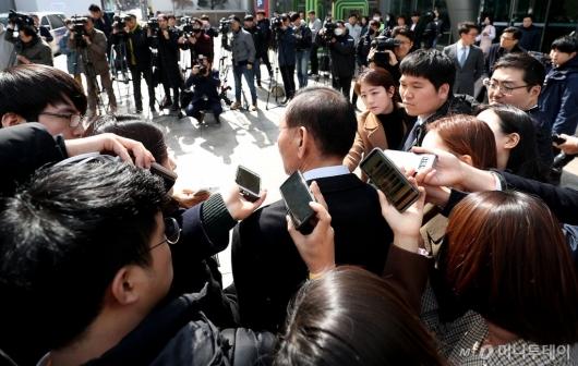 [사진]질문 받는 김효재 전 정무수석