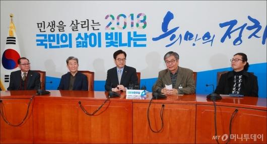 [사진]동문·교우 등 민병두 지인, 사퇴 철회 촉구