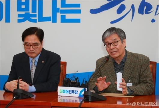 [사진]동문-교우 등 민병두 지인, 사퇴 철회 촉구 서명부 전달