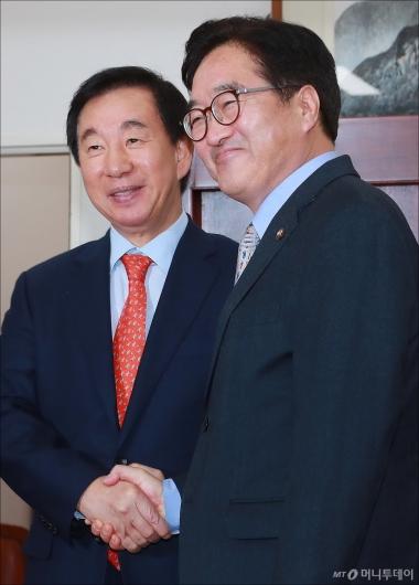 [사진]악수하는 우원식-김성태