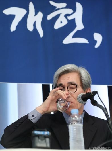 [사진]목 축이는 정해구 위원장