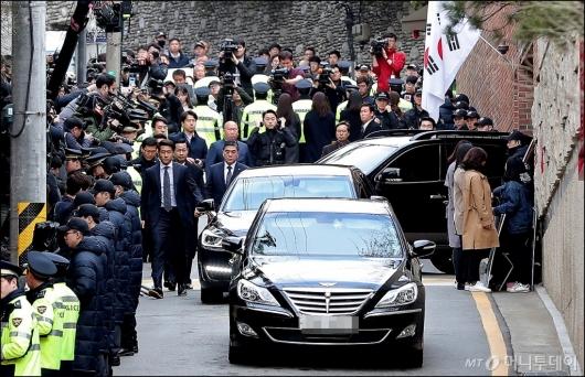 [사진]자택 나서는 이명박 전 대통령 차량
