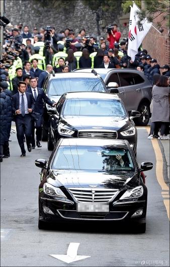 [사진]중앙지검 향하는 MB 차량