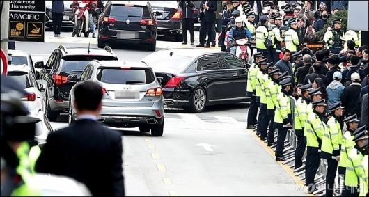 [사진]검찰 향하는 이명박 전 대통령 차량