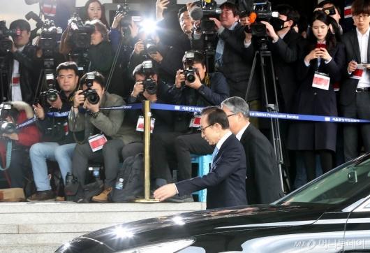 [사진]검찰 출석하는 이명박 전 대통령