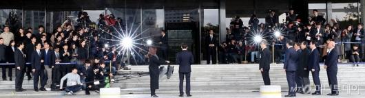 [사진]검찰 포토라인 선 이명박 전 대통령