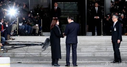 [사진]검찰 포토라인 선 MB