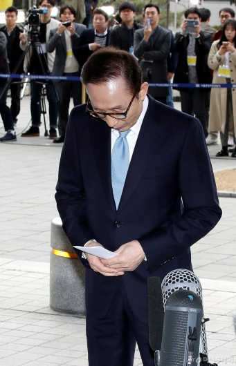 [사진]고개 숙인 이명박 전 대통령