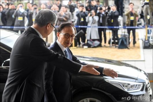 [사진]굳은 모습의 이명박 전 대통령