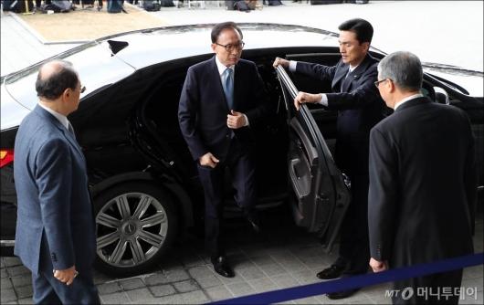 [사진]검찰 도착한 MB