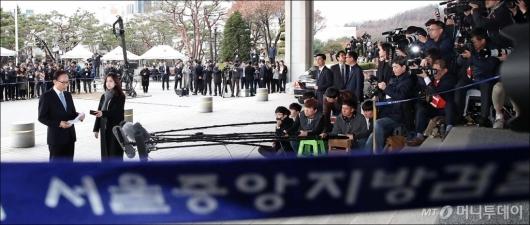 [사진]검찰 포토라인에 선 MB