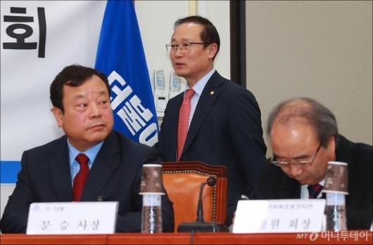 [사진]협력업체 간담회 참석하는 홍영표 한국지엠대책특위 위원장