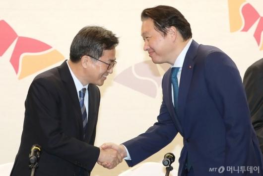 [사진]악수하는 김동연 부총리-최태원 회장