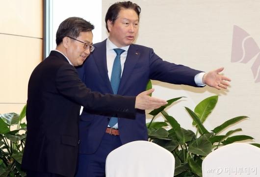 [사진]서로 자리 권하는 김동연 부총리-최태원 회장