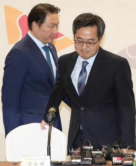 [사진]간담회 참석하는 김동연 부총리-최태원 회장