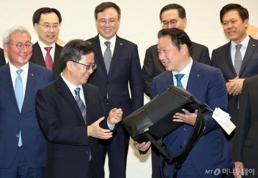 [사진]최태원 회장, '사회적기업이 만든 가방입니다'
