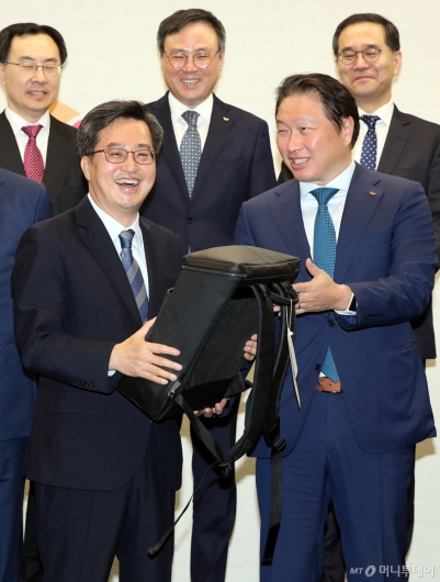 [사진]SK 후원 사회적기업의 가방 구매하는 김동연 경제부총리