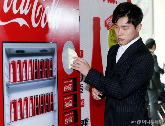 [사진]윤성빈, '어떤 콜라를 마실까?'