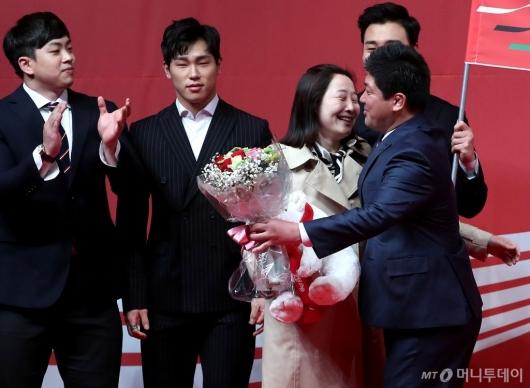 [사진]이용 감독, 아내와 뜨거운 포옹